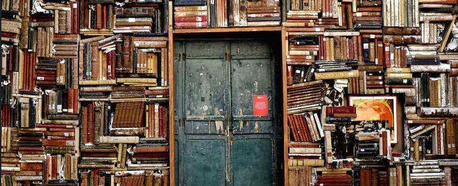bibliothèque et porte
